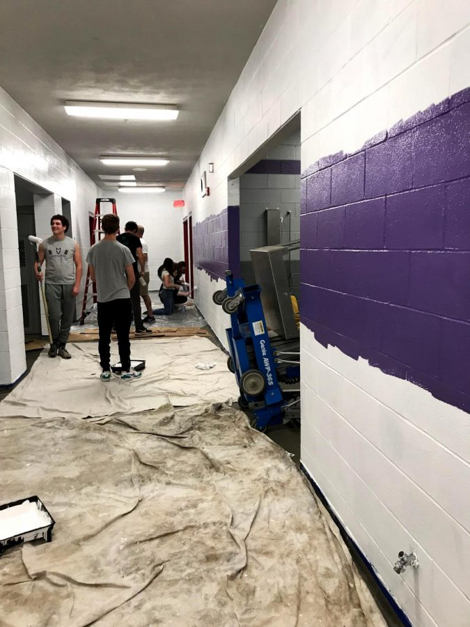 Leadership+students+paint+the+boys%27+locker+room.